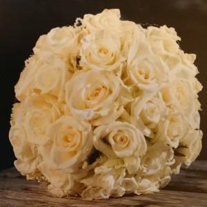 Enkel, kvit brudebukett med roser