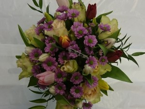 Bukett med tulipanar og krysantemum