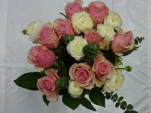 Roser, ranunklar og eucalyptus