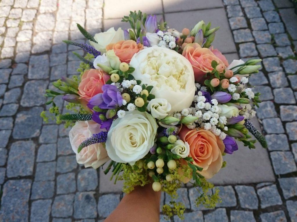 Brudebukett i kvitt, blått og aprikos
