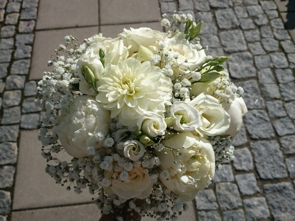 Kvit brudebukett med georgine, peon, brudeslør m.m.
