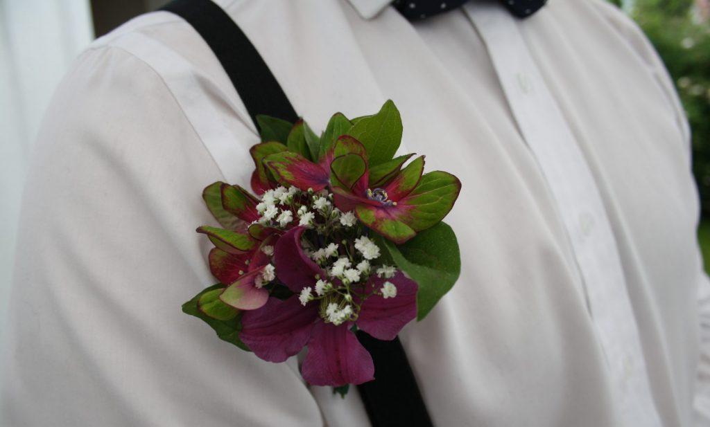 Corsage/knappholsblom med hortensia og brudeslør